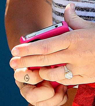 Miley Cyrus' Eye Tattoo on Her Finger