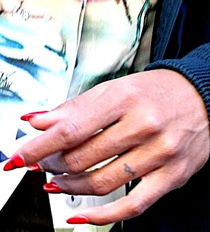 kelly rowland finger ring tattoo