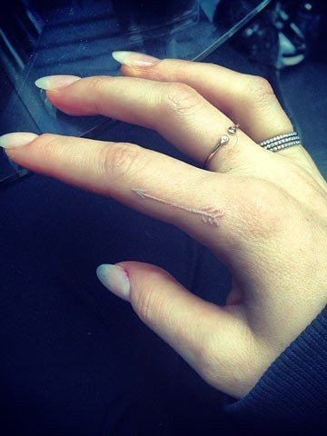 Ellie Goulding's Small White Arrow Tattoo on Index Finger