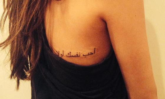 selena-gomez-back-arabic-tattoo