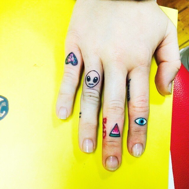 miley-cyrus-alien-finger-tattoo