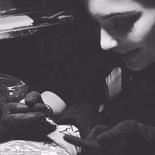 kylie-jenner-giving-bang-bang-tattoo