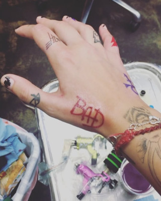 """Paris Jackson Shows Off New MJ-Inspired """"BAD"""" Tattoo on Her Hand"""