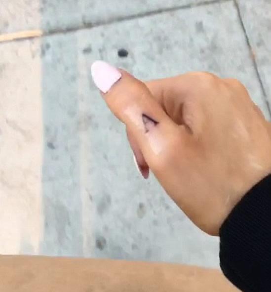ariana-grande-findger-a-tattoo